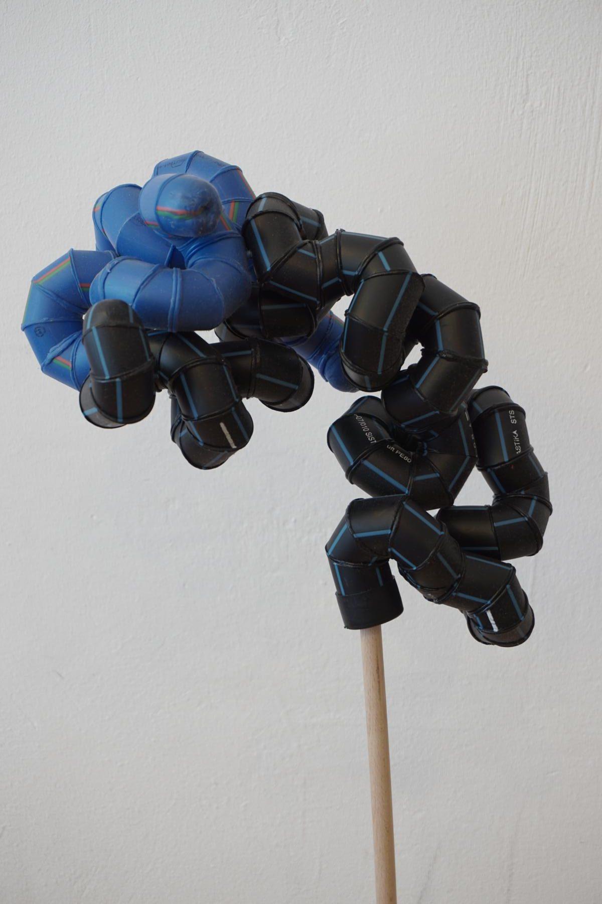 K1600_›buckle‹, 2016 Polyethylen, Holz, Holz gefasst, ca 100cm